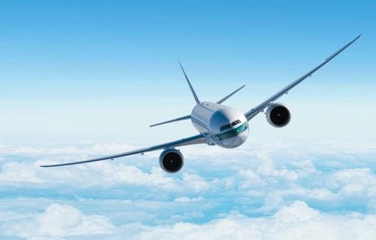 Летящий самолет в облаках