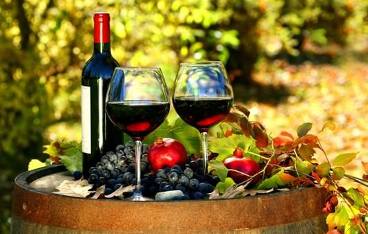 Два бокала красного вина на бочонке