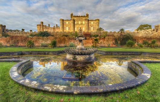 Замок в Шотландии с огромными старинными фонтанами