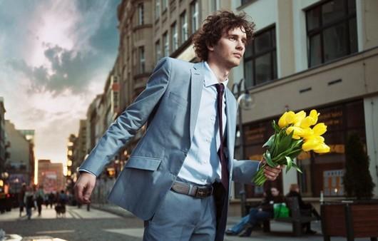 Парень с букетом жёлтых тюльпанов