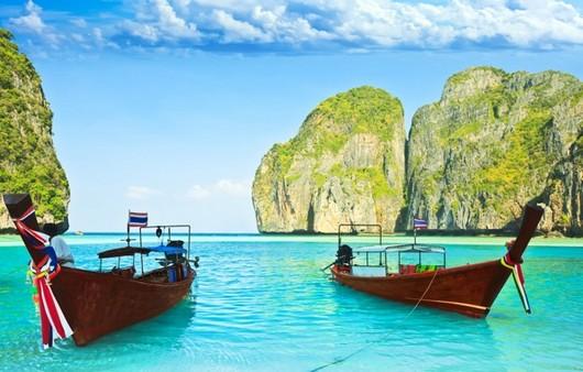 Лодки на причале возле пляжа