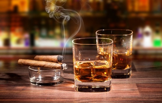 Фотообои Дымящиеся сигары на пепельнице и стаканы с бурбоном