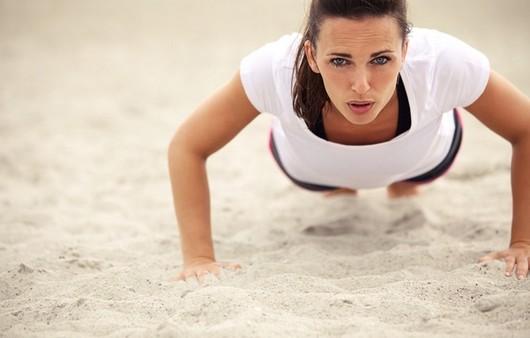 Фотообои Девушка отжимается на песке
