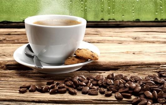 Фотообои Чашка кофе на столе и рассыпанные зёрна кофе