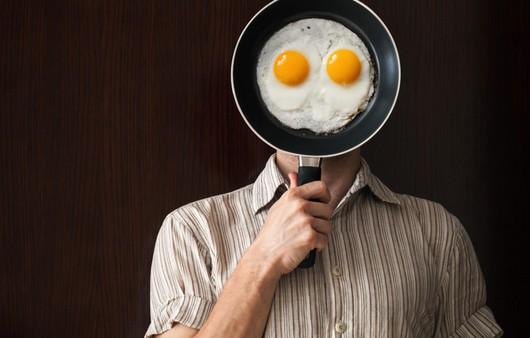 Мужчина с глазами яичницы глазуньи