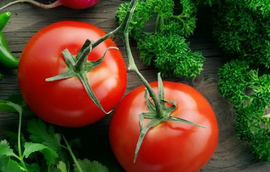 Красные спелые томаты
