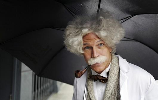 Старый мужчина в парике и с зонтиком