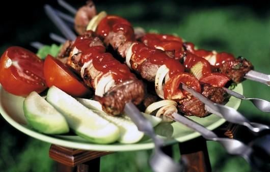 Свиной шашлык с кетчупом и овощами