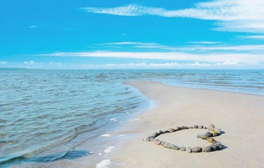Фотообои Песочный откос в море