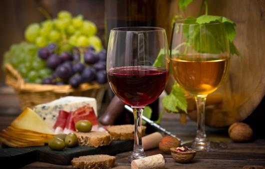 Бокалы красного и белого вина