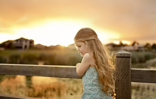 Малышка девочка на мосту