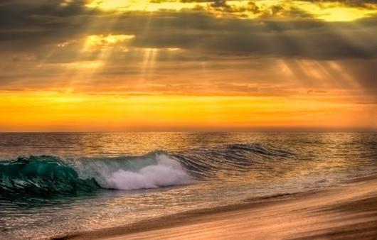 Лучи солнца через тучи на море
