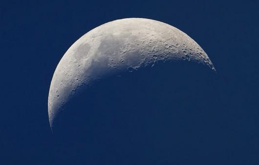 Поверхность луны с кратерами