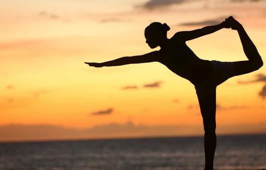 Силуэт гимнастки на закате