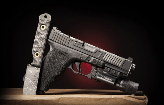 Холодное оружие и самозарядный пистолет с фонариком
