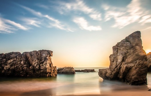 Скалы в море в рассветном солнце