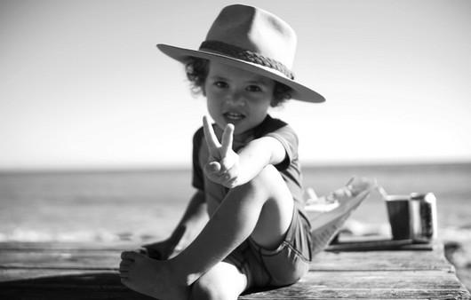 Мальчик в шляпе на причале чёрно белая фотка
