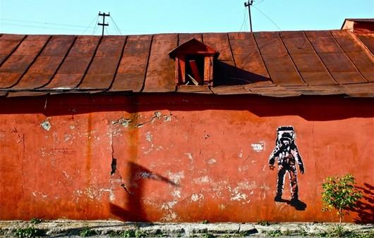 Космонавт на крыше дома