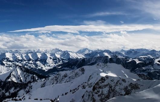 Горы в снегу с высоты птичьего полёта