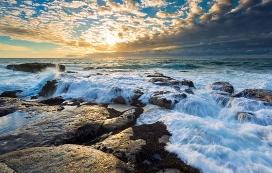 Волны разбивающиеся о камни
