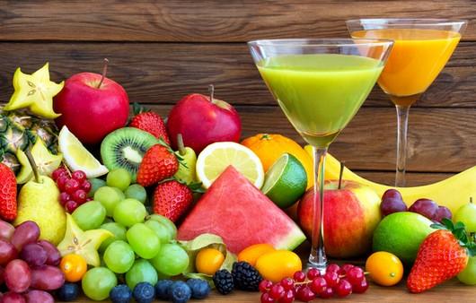 Бокалы с соком и фрукты