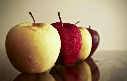 Яблоки в ряд с отражением на поверхности
