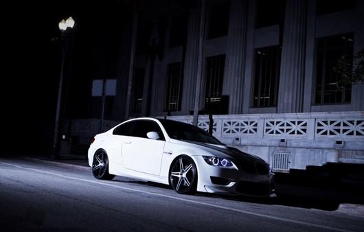 БМВ белый ночью на улице