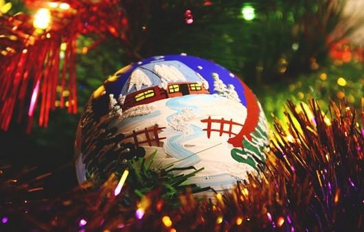 Новогодний разноцветный шарик