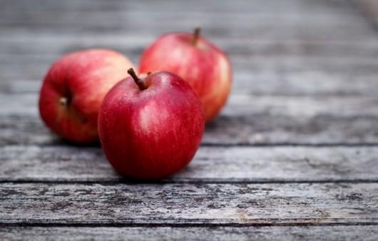 Три красных яблока на столе