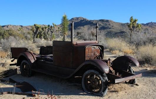 Брошенный автомобиль в пустыне
