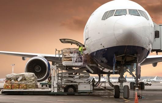 Пассажирский самолёт в аэропорту