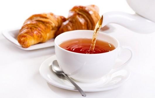 Круассаны с чашкой чая