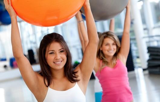 Девушки выполняют упражнения с шаром