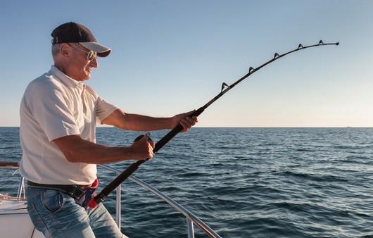 Фотообои Рыбак поймавший рыбу