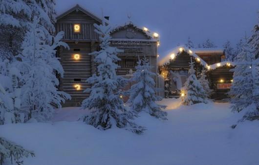 Деревенские домики с фонариками украшениями в Лапландии