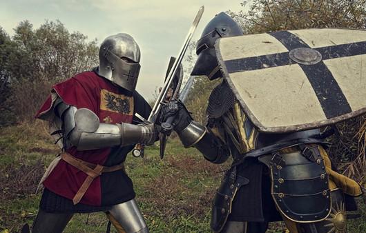 Рыцари в доспехах дерущиеся на мечах