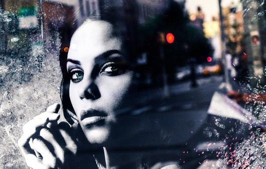 Лик -отражение девушки в стекле