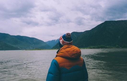 Фотообои Мужчина смотрящий на горы