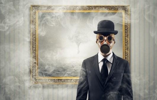 Мужчина в противогазе в котелке возле пустой картины