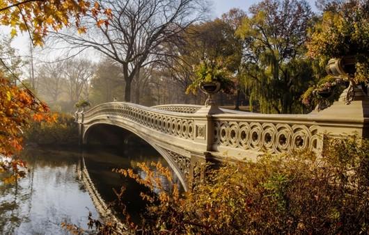 Мост через реку осенью
