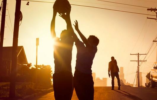 Силуэты людей играющих в баскетбол