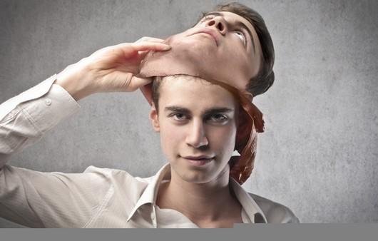 Фотообои Мужчина снимающий маску