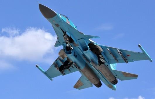 Самолёт бомбардировщик Су-34 в небе