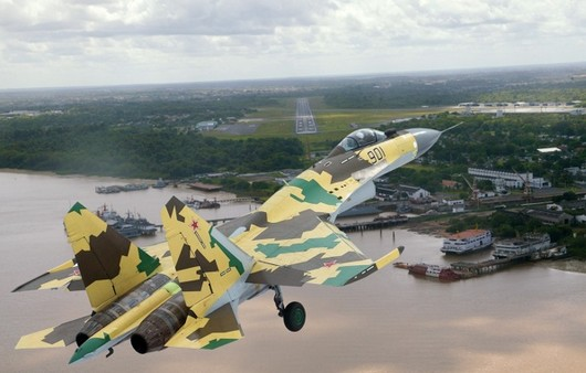 Камуфляжный самолёт СУ-35 заход на посадку