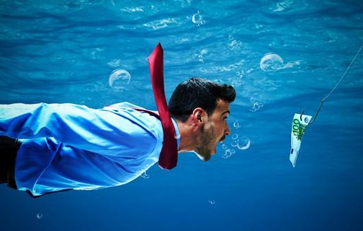 Фотообои Мужчина под водой клюющий на деньги