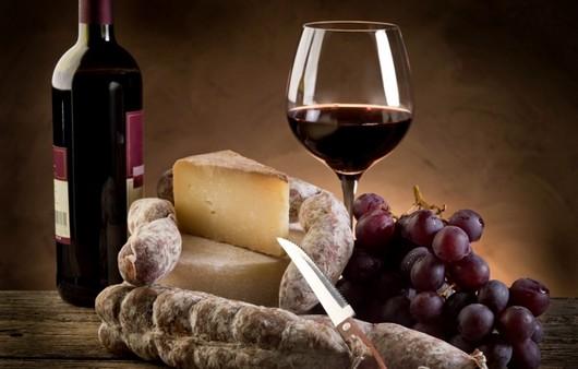Красное вино с изысканными сырами