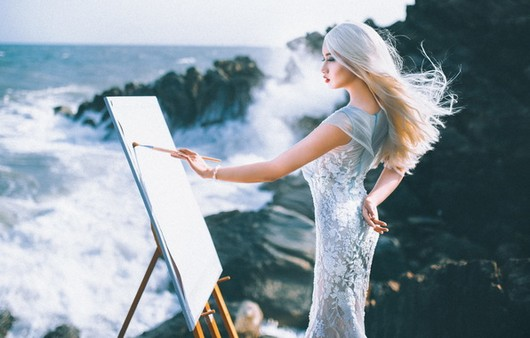 Девушка с мольбертом рисующая бушующее море
