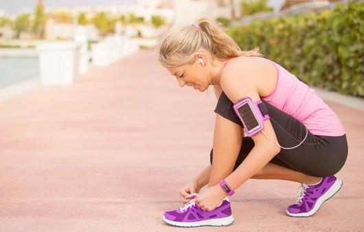 Девушка завязывающая шнурки с датчиком меряющим давление