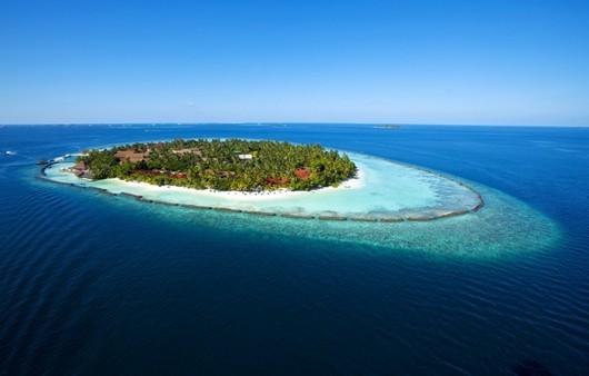 Остров на море с белым пляжем