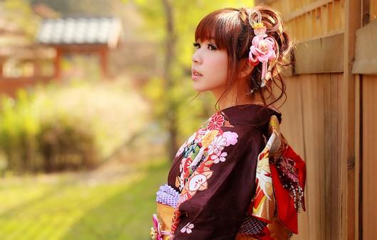 Азиатская красавица в кимоно